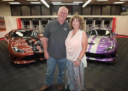 """Cặp vợ chồng sở hữu garage xe Viper """"khủng"""" nhất - 2"""