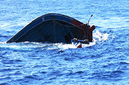 Gió lốc đánh chìm 2 tàu cá, 7 người mất tích - 1