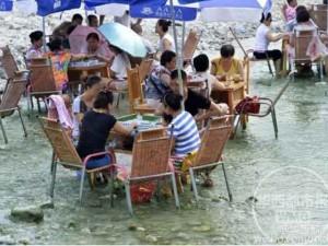 10.000 người TQ đổ xô xuống sông chơi mạt chược cho mát