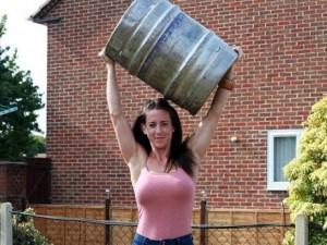 Bà mẹ khỏe nhất nước Anh kéo xe tải, nâng tạ ầm ầm