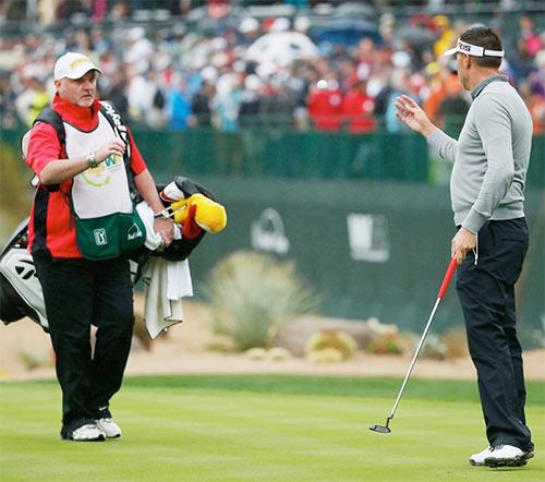 Golf 24/7: Golf thủ thóa mạ, sa thải caddie ngay trên sân - 1