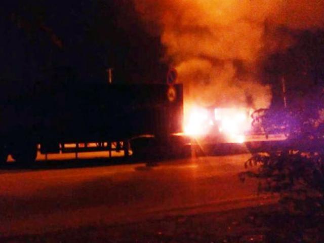 Xe container bốc cháy, tài xế, phụ xe tung cửa bỏ chạy