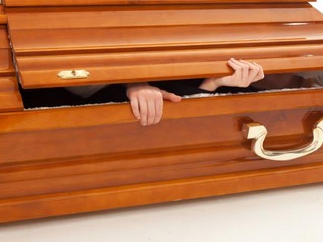 """Đức: Bà lão 92 tuổi """"sống dậy"""" trong nhà xác"""