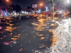 """Ảnh: Đường TP.HCM thành """"biển"""" sau cơn mưa"""