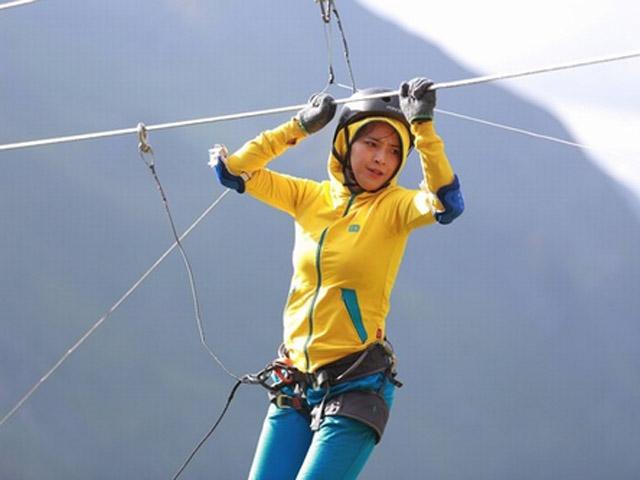 Hải Băng vã mồ hôi khi leo trèo giữa hẻm núi