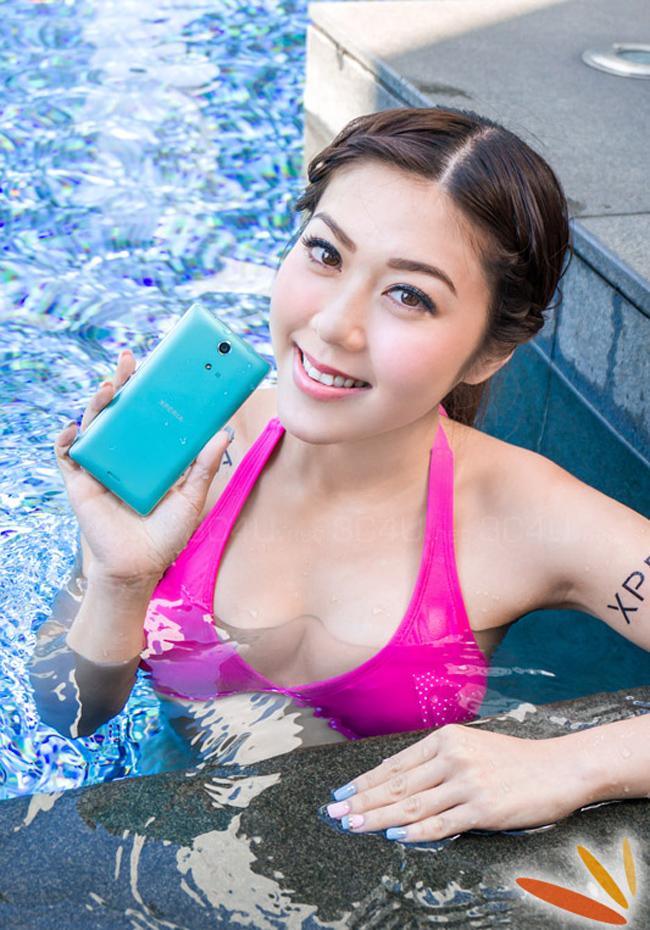 Cặp đôi siêu mẫu diện bikini khoe thân hình gợi cảm và vô tư tắm cùng smartphone chống nước của Sony.