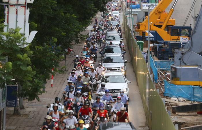 """Ảnh: Dân Thủ đô khốn khổ vì """"lô cốt"""" đường sắt trên cao - 9"""