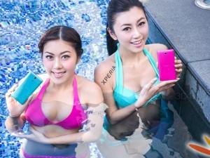 Siêu mẫu diện bikini tắm cùng smartphone