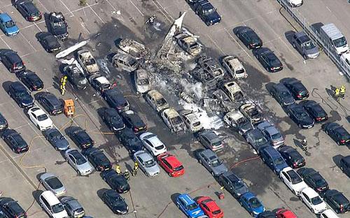 Anh: Máy bay đâm xuống khu đấu giá ô tô, 4 người chết - 1