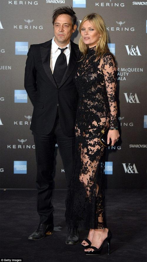Chồng siêu mẫu Kate Moss âu yếm cựu thiên thần nội y - 3