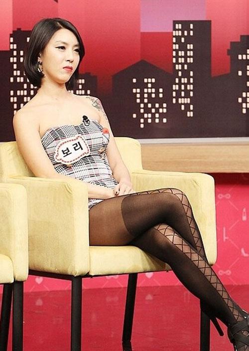"""Kiểu mặc """"nhức mắt"""" của mẫu trên truyền hình châu Á - 2"""