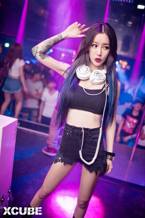 """Nữ DJ xứ Đài nổi tiếng vì dáng đẹp, hình xăm """"khủng"""" - 2"""