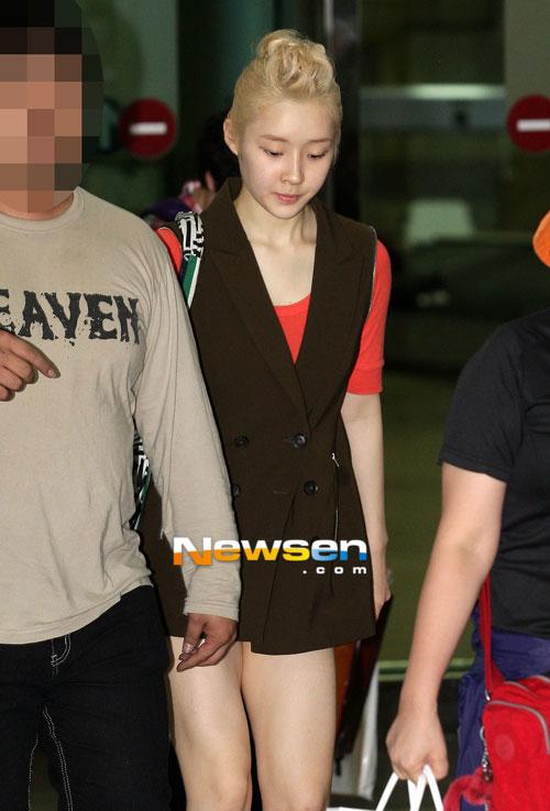 """Nghệ sĩ Hàn """"phát cuồng"""" vì trang phục ngắn - 4"""