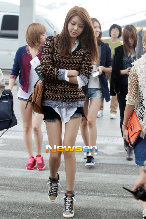 """Nghệ sĩ Hàn """"phát cuồng"""" vì trang phục ngắn - 5"""