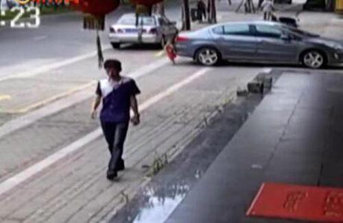 Video: Kinh ngạc em bé 2 tuổi bị xe cán không chết - 1