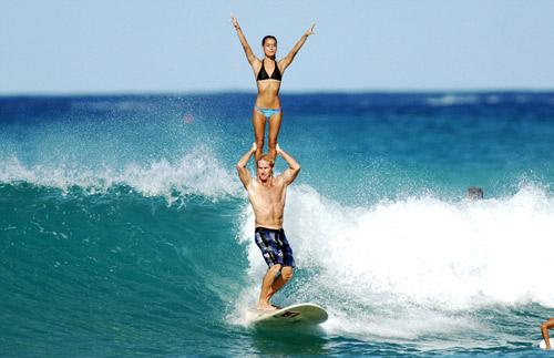 Choáng: Vừa lướt sóng vừa bế người đẹp trên vai - 4