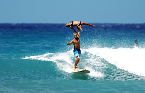 Choáng: Vừa lướt sóng vừa bế người đẹp trên vai - 5