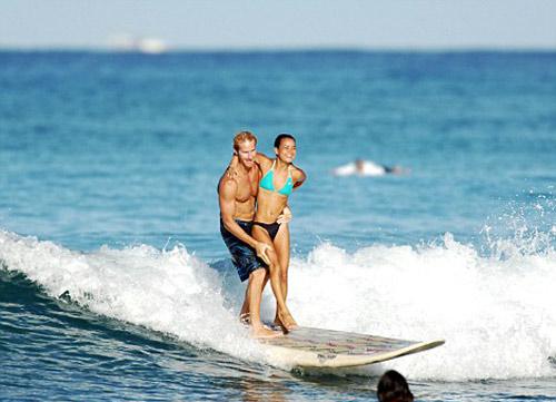 Choáng: Vừa lướt sóng vừa bế người đẹp trên vai - 2