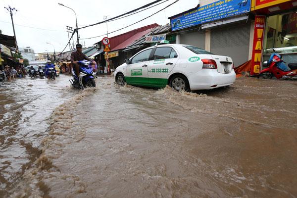 Sau trận mưa kéo dài, Hà Nội có nơi ngập 1m - 1