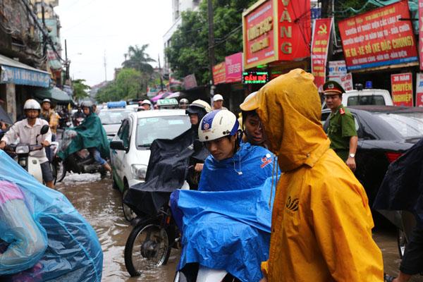 Sau trận mưa kéo dài, Hà Nội có nơi ngập 1m - 14