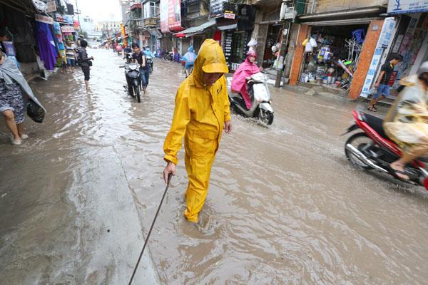 Sau trận mưa kéo dài, Hà Nội có nơi ngập 1m - 11