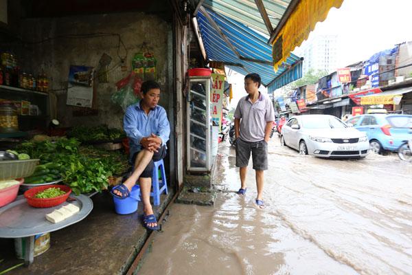 Sau trận mưa kéo dài, Hà Nội có nơi ngập 1m - 13