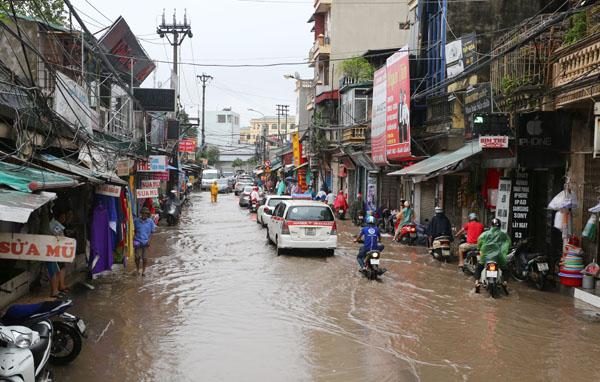 Sau trận mưa kéo dài, Hà Nội có nơi ngập 1m - 2