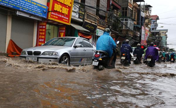 Sau trận mưa kéo dài, Hà Nội có nơi ngập 1m - 3