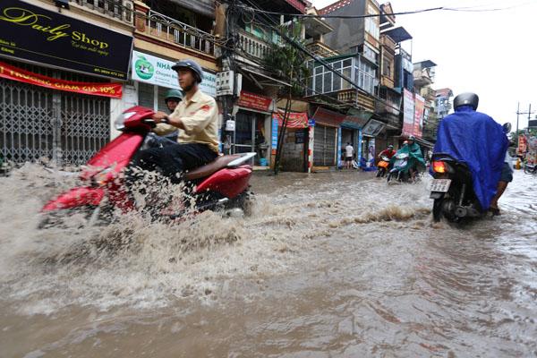 Sau trận mưa kéo dài, Hà Nội có nơi ngập 1m - 4