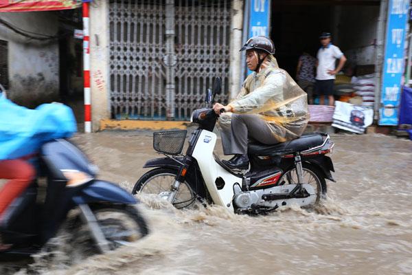 Sau trận mưa kéo dài, Hà Nội có nơi ngập 1m - 6