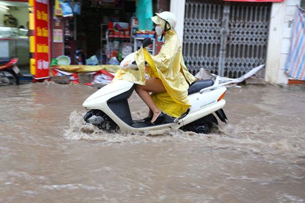 Sau trận mưa kéo dài, Hà Nội có nơi ngập 1m - 5