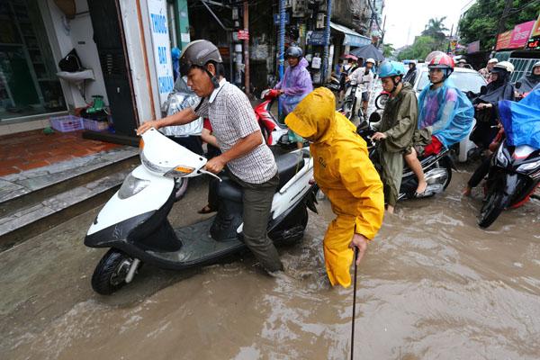 Sau trận mưa kéo dài, Hà Nội có nơi ngập 1m - 7