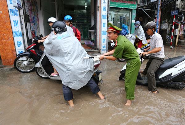 Sau trận mưa kéo dài, Hà Nội có nơi ngập 1m - 8