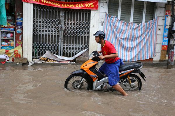 Sau trận mưa kéo dài, Hà Nội có nơi ngập 1m - 9