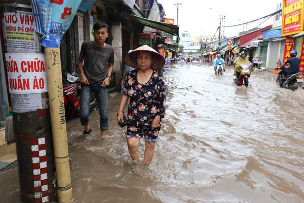 Sau trận mưa kéo dài, Hà Nội có nơi ngập 1m - 10