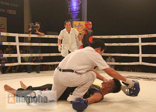 Dính đòn nặng, võ sĩ gục ngay trên sàn đấu - 3