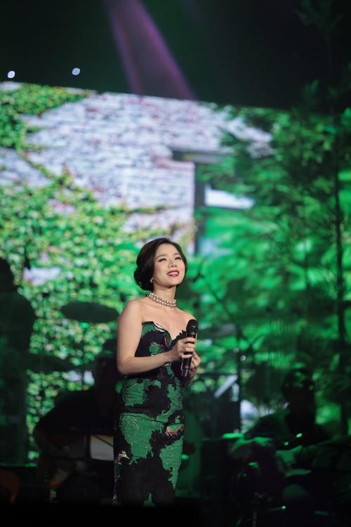 """Khán giả Hà Nội tặng tiền tới tấp cho """"Vua nhạc sến"""" - 8"""