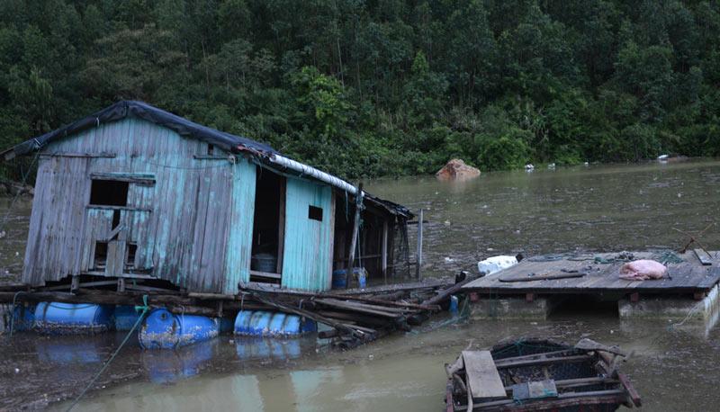 Quảng Ninh: Nước mắt ngư phủ hòa vào biển cả - 11