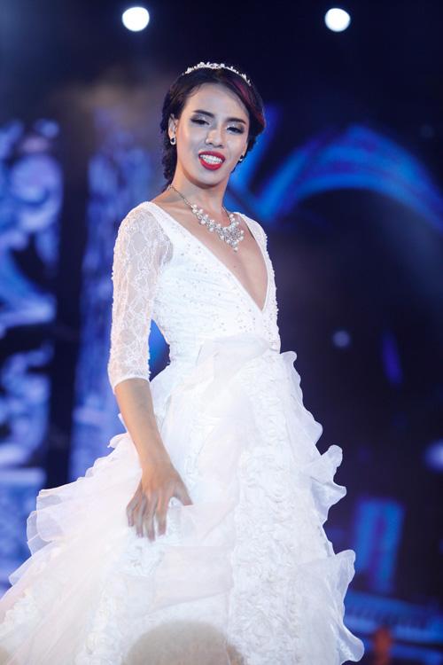 Nam giới tự tin giả gái diễn váy cưới tại Hà Nội - 9