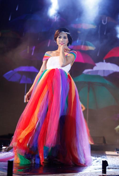 Nam giới tự tin giả gái diễn váy cưới tại Hà Nội - 7