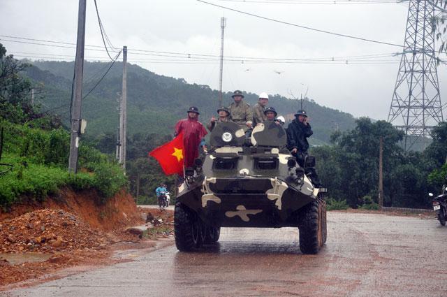 Ảnh: Theo chân xe lội nước quân đội cứu dân vùng lũ - 2