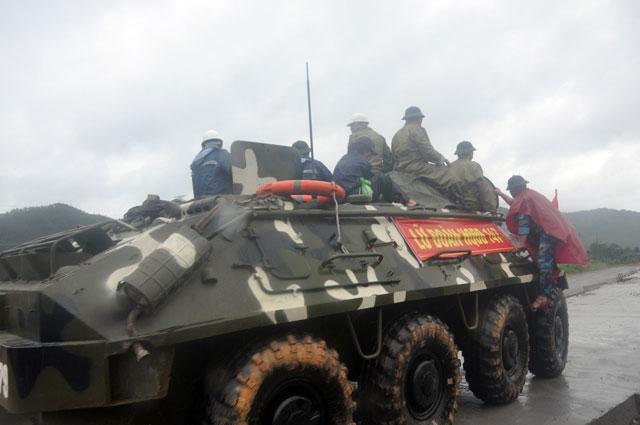 Ảnh: Theo chân xe lội nước quân đội cứu dân vùng lũ - 3
