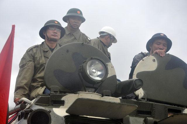 Ảnh: Theo chân xe lội nước quân đội cứu dân vùng lũ - 4
