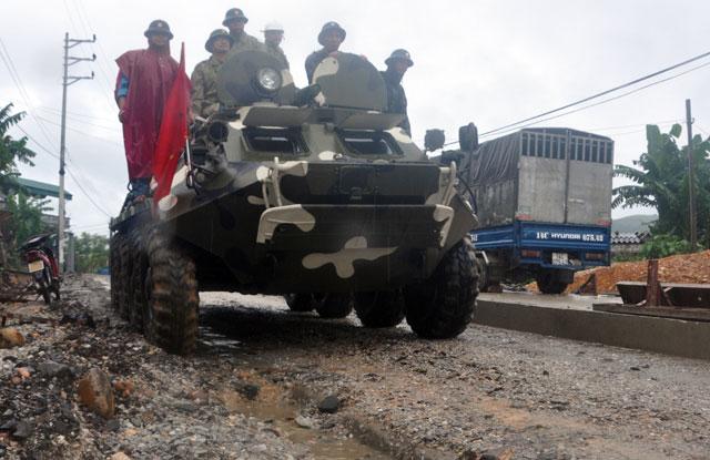 Ảnh: Theo chân xe lội nước quân đội cứu dân vùng lũ - 5
