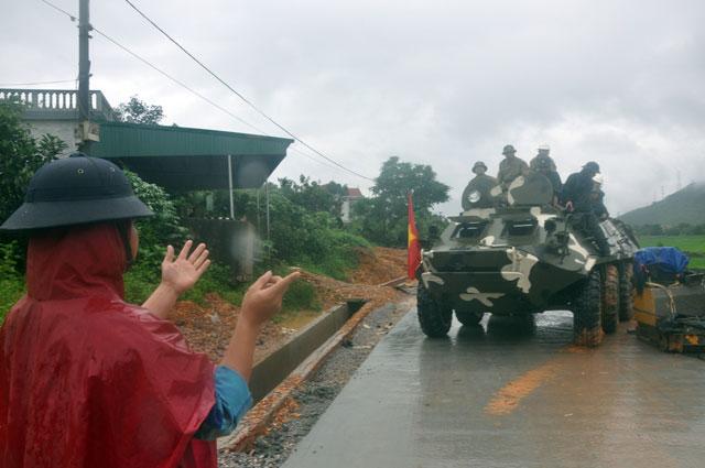 Ảnh: Theo chân xe lội nước quân đội cứu dân vùng lũ - 6
