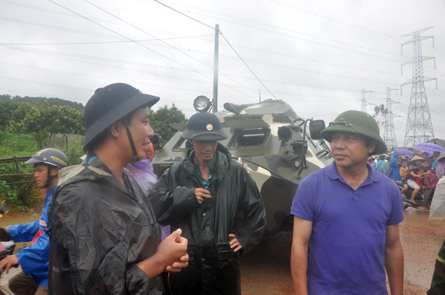 Ảnh: Theo chân xe lội nước quân đội cứu dân vùng lũ - 12