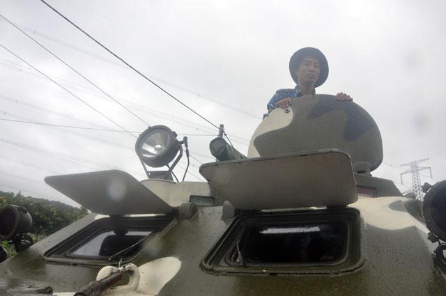 Ảnh: Theo chân xe lội nước quân đội cứu dân vùng lũ - 7
