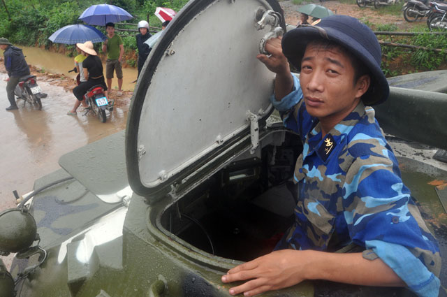 Ảnh: Theo chân xe lội nước quân đội cứu dân vùng lũ - 8