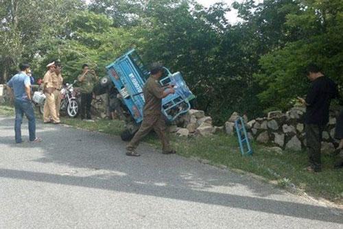 Xe ba càng đâm đổ bờ kè chân núi, 11 người bị thương - 1