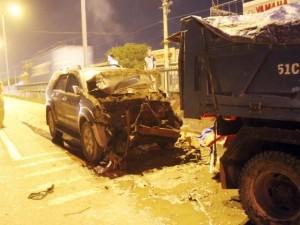 Tông đuôi xe ben, ô tô 7 chỗ nát đầu, 4 người thương vong